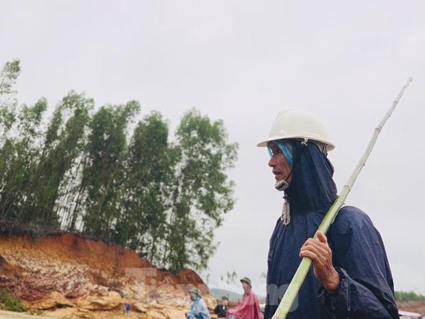 Hàng chục người bất chấp hồ xả lũ vẫn săn bắt cá dưới dòng nước xiết - Ảnh 12.