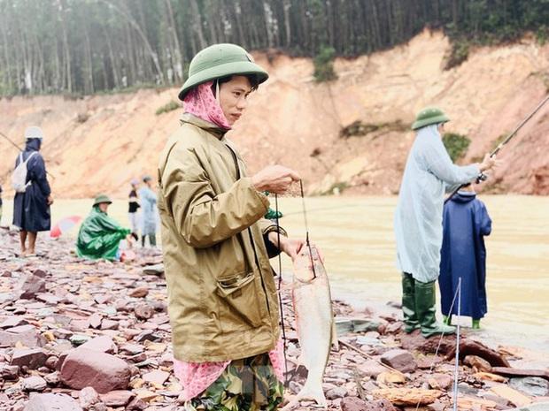 Hàng chục người bất chấp hồ xả lũ vẫn săn bắt cá dưới dòng nước xiết - Ảnh 13.