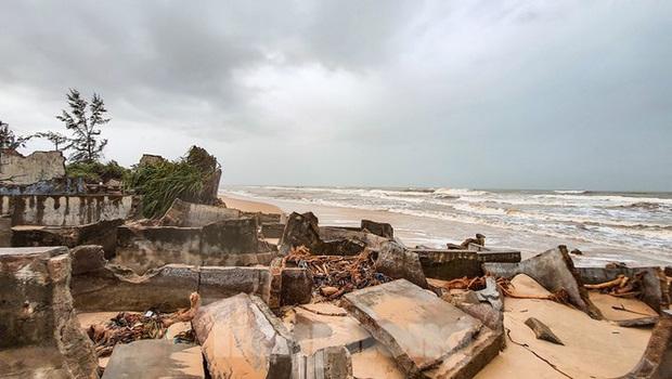 Bão tan lũ rút, bờ biển Thừa Thiên Huế tan hoang chưa từng thấy - Ảnh 16.
