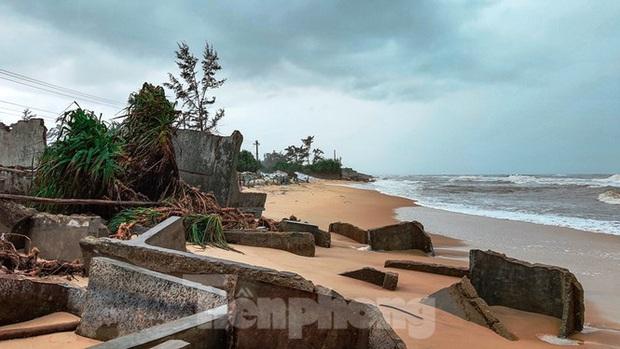Bão tan lũ rút, bờ biển Thừa Thiên Huế tan hoang chưa từng thấy - Ảnh 17.