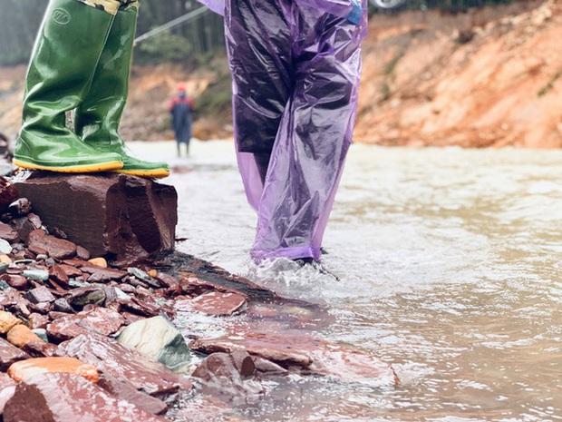 Hàng chục người bất chấp hồ xả lũ vẫn săn bắt cá dưới dòng nước xiết - Ảnh 16.