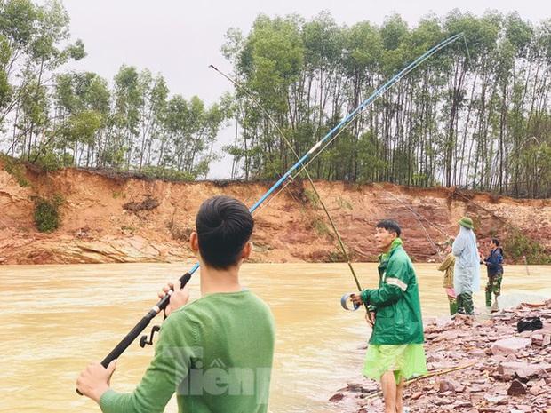Hàng chục người bất chấp hồ xả lũ vẫn săn bắt cá dưới dòng nước xiết - Ảnh 17.