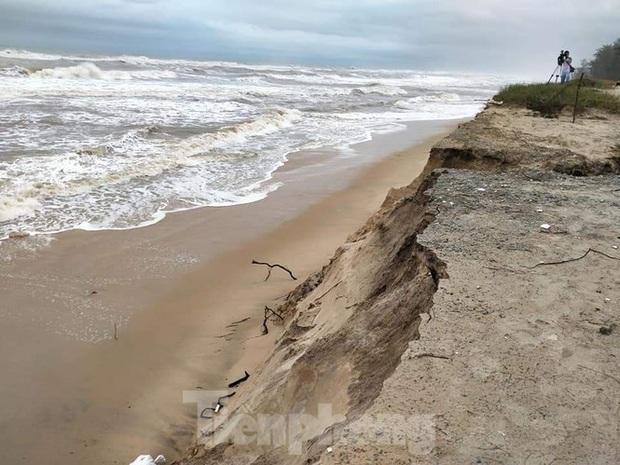 Bão tan lũ rút, bờ biển Thừa Thiên Huế tan hoang chưa từng thấy - Ảnh 20.