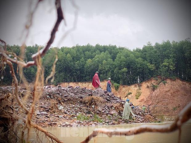 Hàng chục người bất chấp hồ xả lũ vẫn săn bắt cá dưới dòng nước xiết - Ảnh 18.