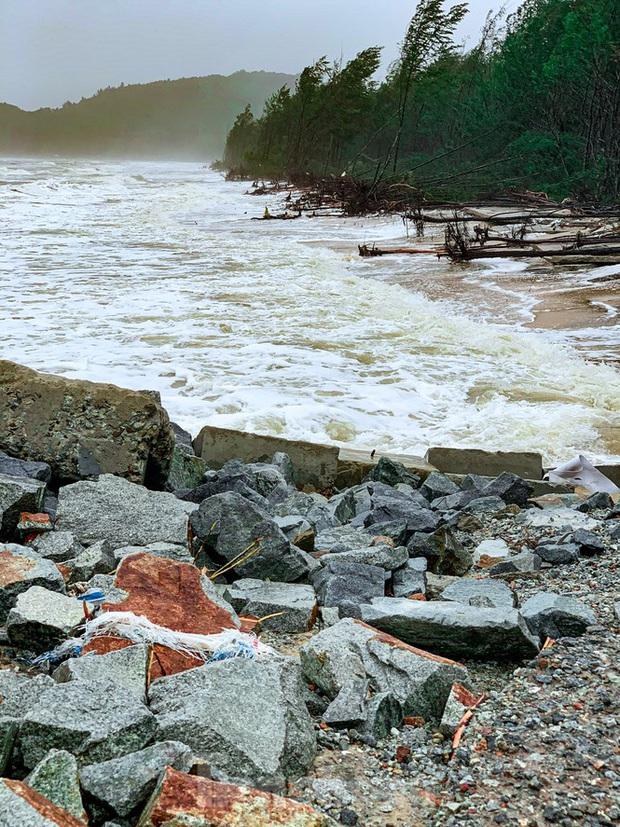Bão tan lũ rút, bờ biển Thừa Thiên Huế tan hoang chưa từng thấy - Ảnh 21.