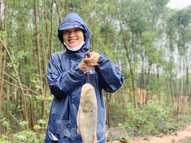 Hàng chục người bất chấp hồ xả lũ vẫn săn bắt cá dưới dòng nước xiết - Ảnh 19.