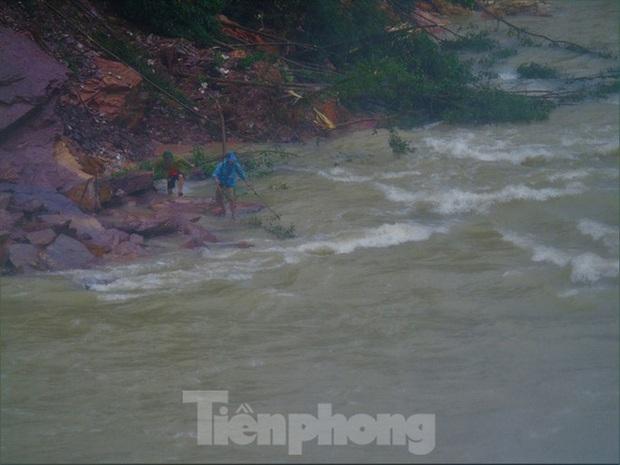 Hàng chục người bất chấp hồ xả lũ vẫn săn bắt cá dưới dòng nước xiết - Ảnh 20.