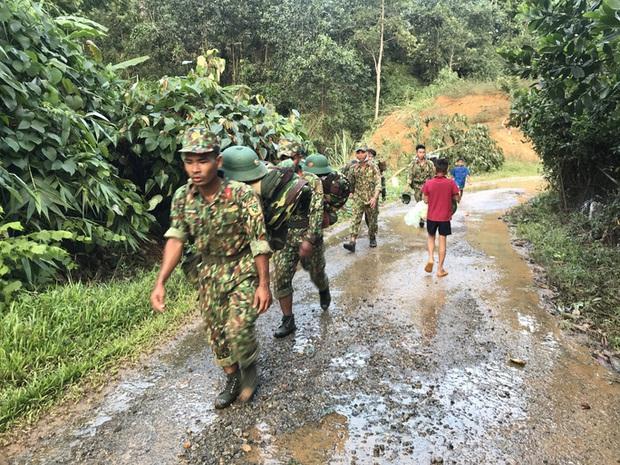 Phóng viên bật khóc khi thi thể một cháu bé được đưa lên từ bùn đất ở Trà Leng - Ảnh 3.