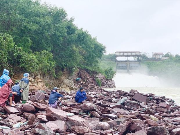 Hàng chục người bất chấp hồ xả lũ vẫn săn bắt cá dưới dòng nước xiết - Ảnh 3.