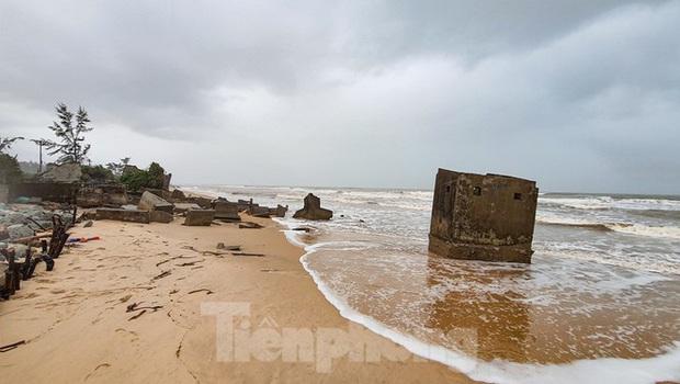 Bão tan lũ rút, bờ biển Thừa Thiên Huế tan hoang chưa từng thấy - Ảnh 25.