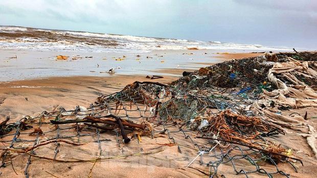 Bão tan lũ rút, bờ biển Thừa Thiên Huế tan hoang chưa từng thấy - Ảnh 26.