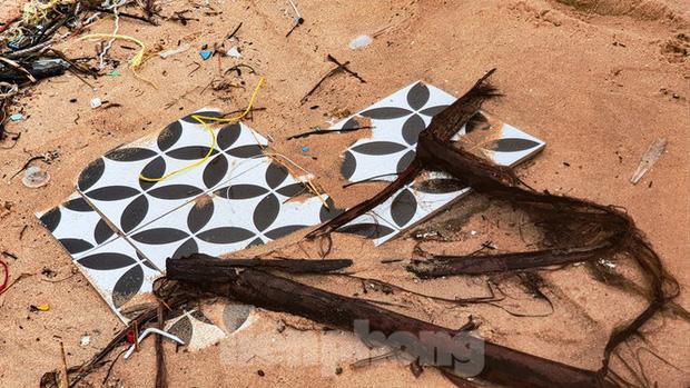 Bão tan lũ rút, bờ biển Thừa Thiên Huế tan hoang chưa từng thấy - Ảnh 29.