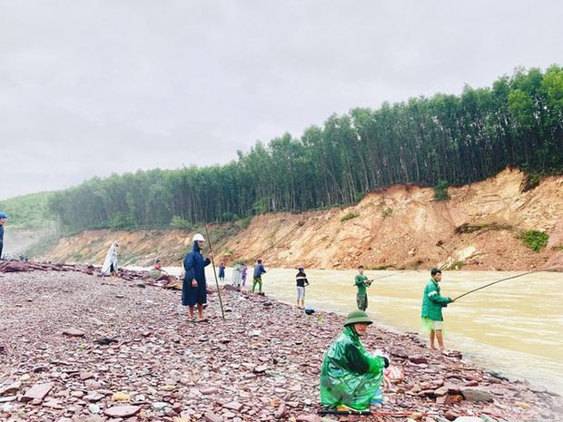 Hàng chục người bất chấp hồ xả lũ vẫn săn bắt cá dưới dòng nước xiết - Ảnh 4.