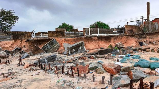 Bão tan lũ rút, bờ biển Thừa Thiên Huế tan hoang chưa từng thấy - Ảnh 33.