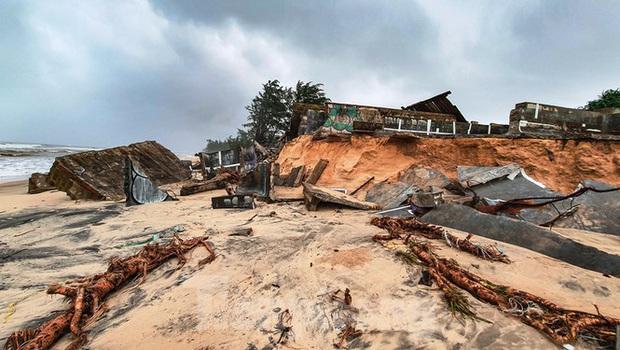 Bão tan lũ rút, bờ biển Thừa Thiên Huế tan hoang chưa từng thấy - Ảnh 36.