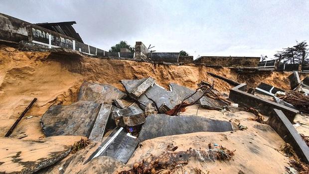 Bão tan lũ rút, bờ biển Thừa Thiên Huế tan hoang chưa từng thấy - Ảnh 37.