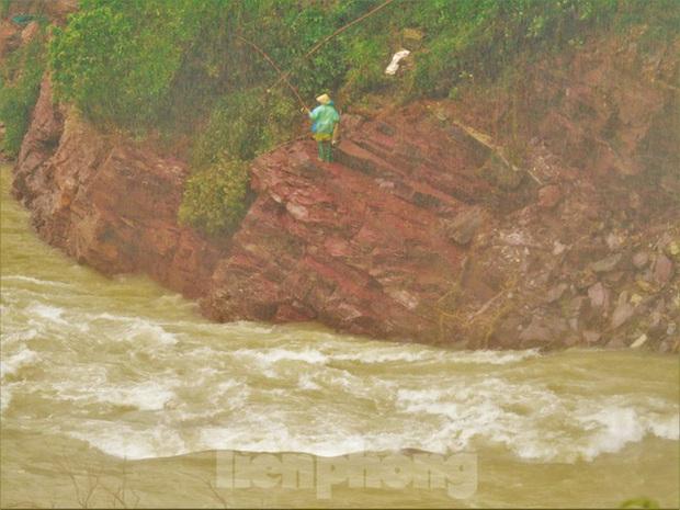 Hàng chục người bất chấp hồ xả lũ vẫn săn bắt cá dưới dòng nước xiết - Ảnh 5.