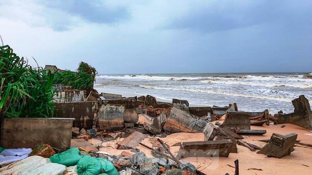 Bão tan lũ rút, bờ biển Thừa Thiên Huế tan hoang chưa từng thấy - Ảnh 9.