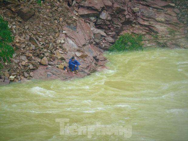 Hàng chục người bất chấp hồ xả lũ vẫn săn bắt cá dưới dòng nước xiết - Ảnh 7.
