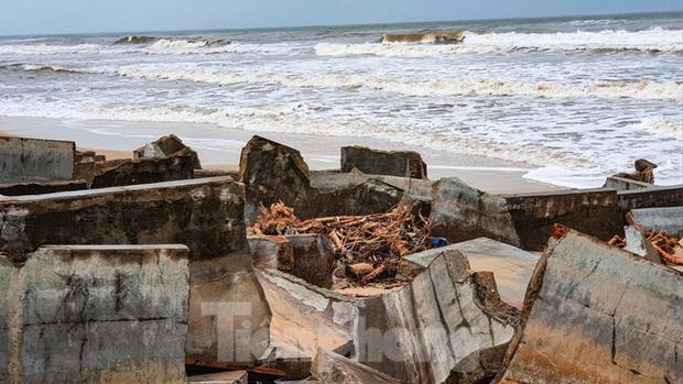 Bão tan lũ rút, bờ biển Thừa Thiên Huế tan hoang chưa từng thấy - Ảnh 10.