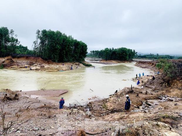 Hàng chục người bất chấp hồ xả lũ vẫn săn bắt cá dưới dòng nước xiết - Ảnh 8.