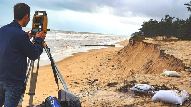 Bão tan lũ rút, bờ biển Thừa Thiên Huế tan hoang chưa từng thấy - Ảnh 11.