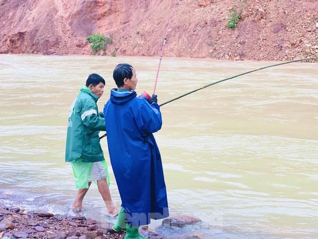Hàng chục người bất chấp hồ xả lũ vẫn săn bắt cá dưới dòng nước xiết - Ảnh 9.
