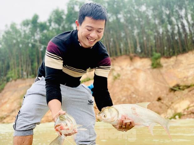 Hàng chục người bất chấp hồ xả lũ vẫn săn bắt cá dưới dòng nước xiết - Ảnh 10.