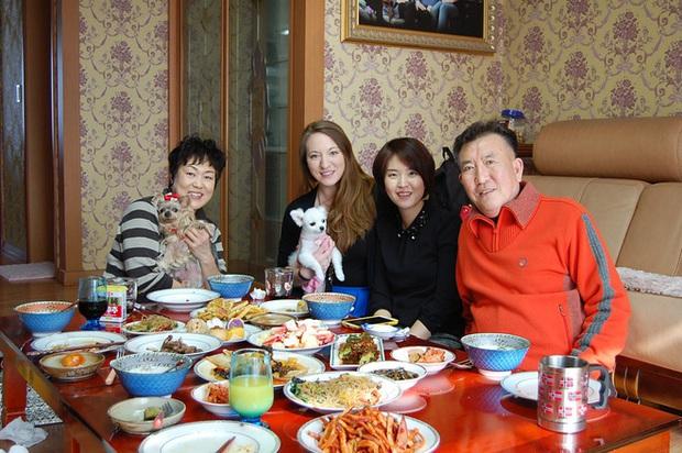 Không thua kém gì Việt Nam, người Hàn Quốc cũng có rất nhiều thủ tục trên bàn ăn - Ảnh 1.