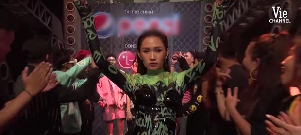 Từ chị áo xanh cầm bảng đến người yêu anh quay phim: Những cô gái thời tới cản không kịp của Rap Việt - Ảnh 1.