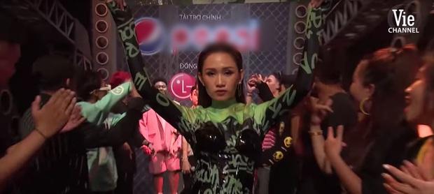 Chị áo xanh giơ bảng tên của Rap Việt: Khán giả chọc trên sân khấu cosplay lon nước ngọt nhưng ngoài đời cool lắm nha - Ảnh 1.