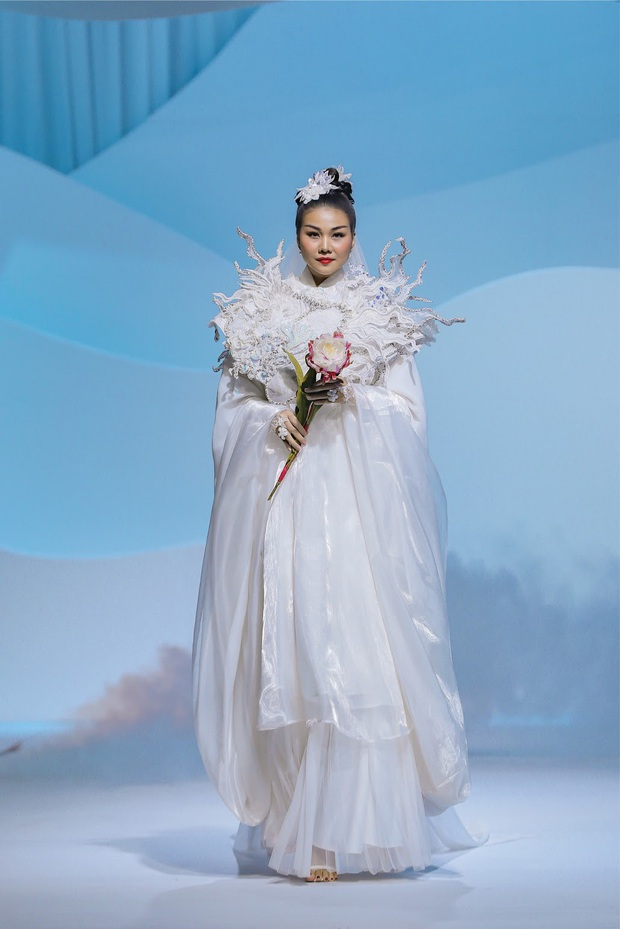 Show áo dài của Thủy Nguyễn: Mẫn Tiên, Trà Long đọ sắc nhưng chưa choáng bằng gương mặt first face - Ảnh 4.