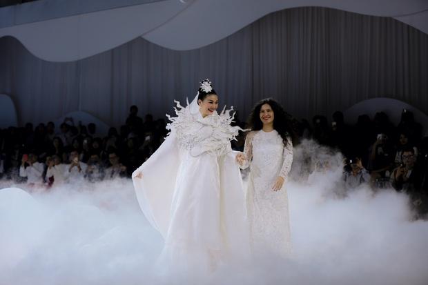 Show áo dài của Thủy Nguyễn: Mẫn Tiên, Trà Long đọ sắc nhưng chưa choáng bằng gương mặt first face - Ảnh 5.