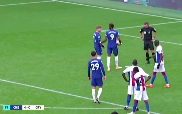 Cầu thủ Chelsea tấu hài cực mạnh với màn tranh nhau đá phạt đền - Ảnh 1.
