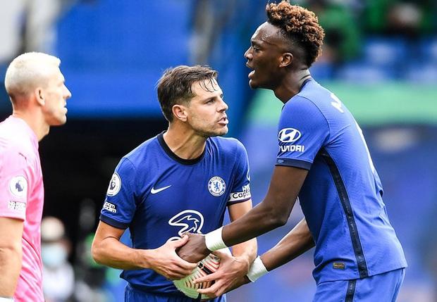 Cầu thủ Chelsea tấu hài cực mạnh với màn tranh nhau đá phạt đền - Ảnh 2.