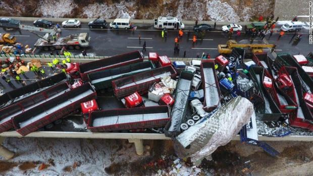 Tai nạn giao thông liên hoàn tại Trung Quốc khiến 18 người thiệt mạng  - Ảnh 1.