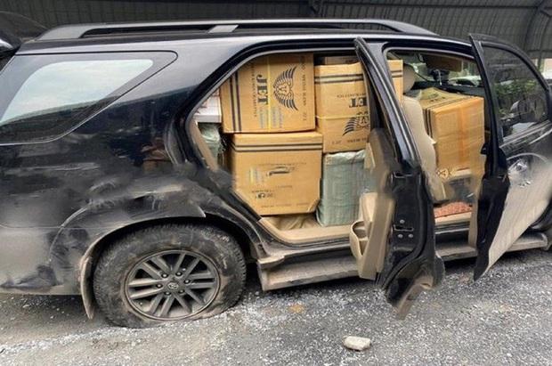 Lộ điều mờ ám của chiếc ô tô bể bánh mà tài xế vẫn cố chạy  - Ảnh 1.