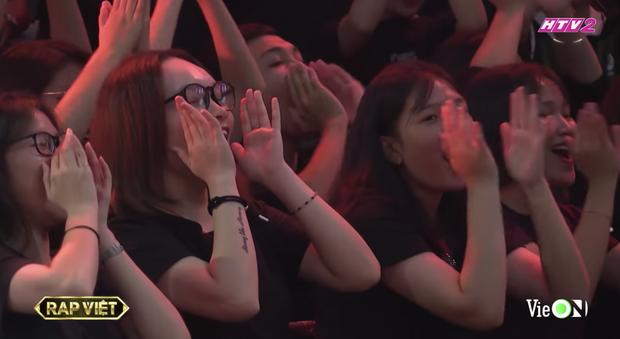 Từ chị áo xanh cầm bảng đến người yêu anh quay phim: Những cô gái thời tới cản không kịp của Rap Việt - Ảnh 10.