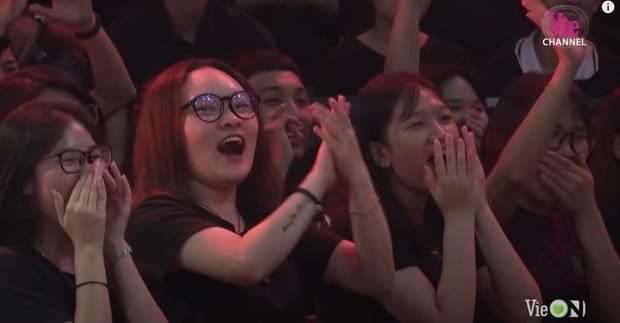 Từ chị áo xanh cầm bảng đến người yêu anh quay phim: Những cô gái thời tới cản không kịp của Rap Việt - Ảnh 9.