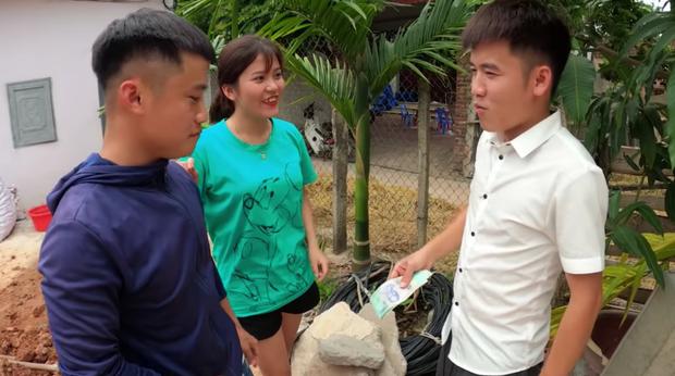 Con trai bà Tân tung clip phản cảm trộm tiền nuôi heo rồi bao em mình ăn, netizen bình luận: Bị phạt mà vẫn chưa chừa? - Ảnh 6.