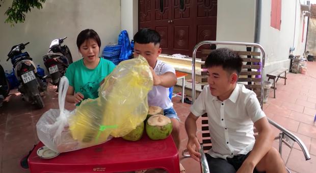 Con trai bà Tân tung clip phản cảm trộm tiền nuôi heo rồi bao em mình ăn, netizen bình luận: Bị phạt mà vẫn chưa chừa? - Ảnh 7.