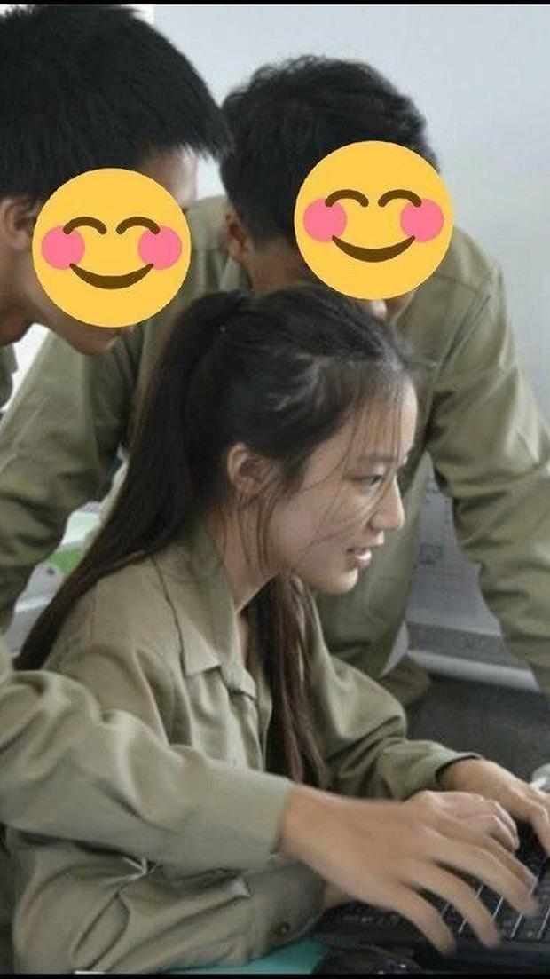 Tìm ra nữ idol có ảnh đi học đánh bật Kim Tae Hee ngày xưa: Nữ thần học đường là đây, để mặt mộc vẫn nổi trong mọi khung hình - Ảnh 2.