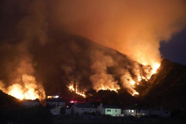 Cháy rừng thiêu rụi diện tích lớn ở California - Ảnh 1.