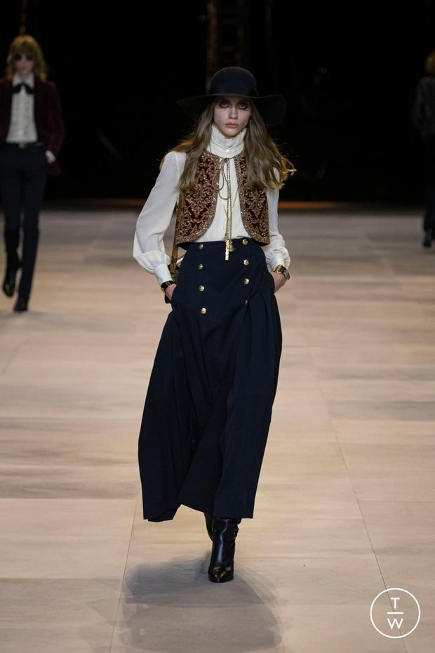 Đẳng cấp đại sứ của Lisa: Biến chiếc váy kín bưng tẻ nhạt thành sexy khó cưỡng, đè bẹp người mẫu runway - Ảnh 2.
