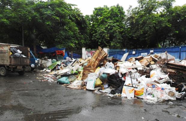 Hà Nội: Xuất hiện nhiều bãi rác lớn, bốc mùi hôi thối - Ảnh 2.