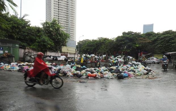 Hà Nội: Xuất hiện nhiều bãi rác lớn, bốc mùi hôi thối - Ảnh 1.