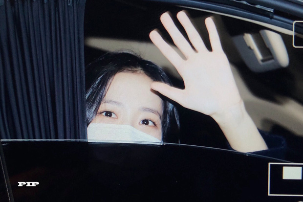 Hoa hậu Jisoo (BLACKPINK) gây sốt trên đường đi làm: Diện áo trễ vai cực quyến rũ, đẹp bất chấp cả đèn flash - Ảnh 8.