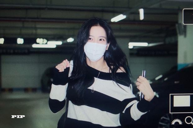 Hoa hậu Jisoo (BLACKPINK) gây sốt trên đường đi làm: Diện áo trễ vai cực quyến rũ, đẹp bất chấp cả đèn flash - Ảnh 10.
