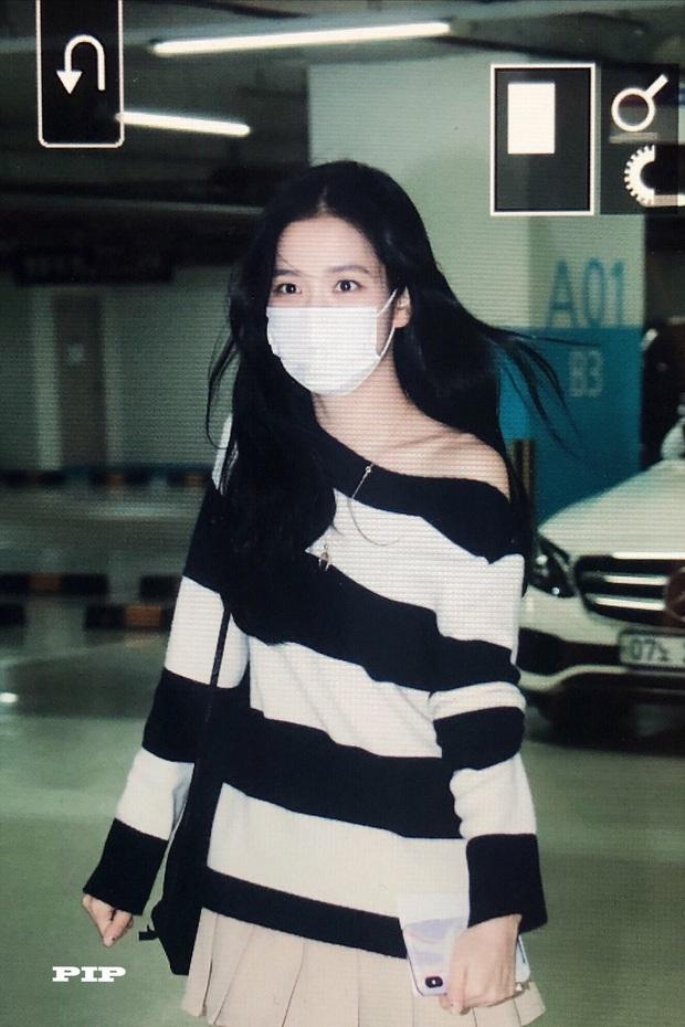 Hoa hậu Jisoo (BLACKPINK) gây sốt trên đường đi làm: Diện áo trễ vai cực quyến rũ, đẹp bất chấp cả đèn flash - Ảnh 7.