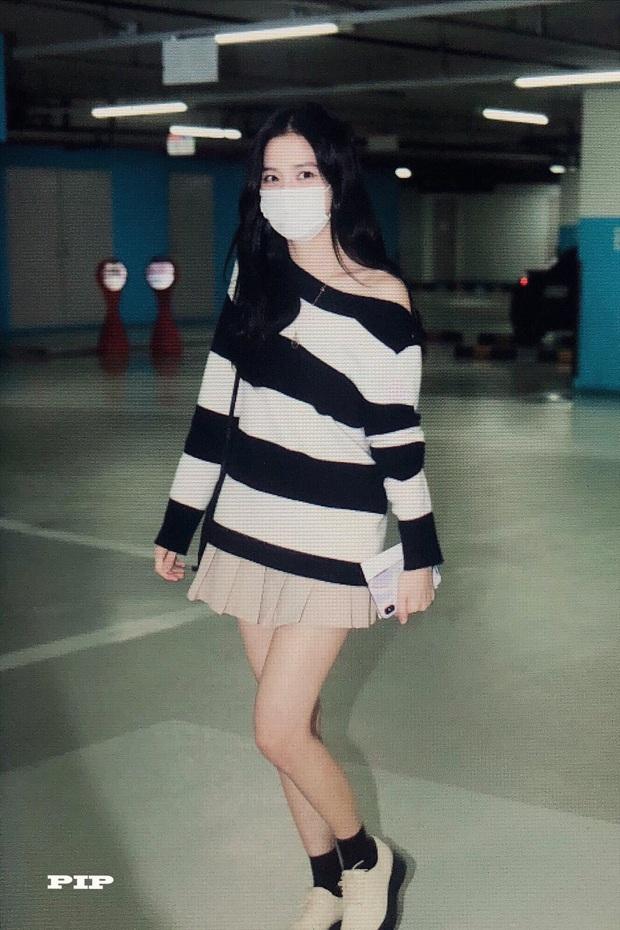 Hoa hậu Jisoo (BLACKPINK) gây sốt trên đường đi làm: Diện áo trễ vai cực quyến rũ, đẹp bất chấp cả đèn flash - Ảnh 2.